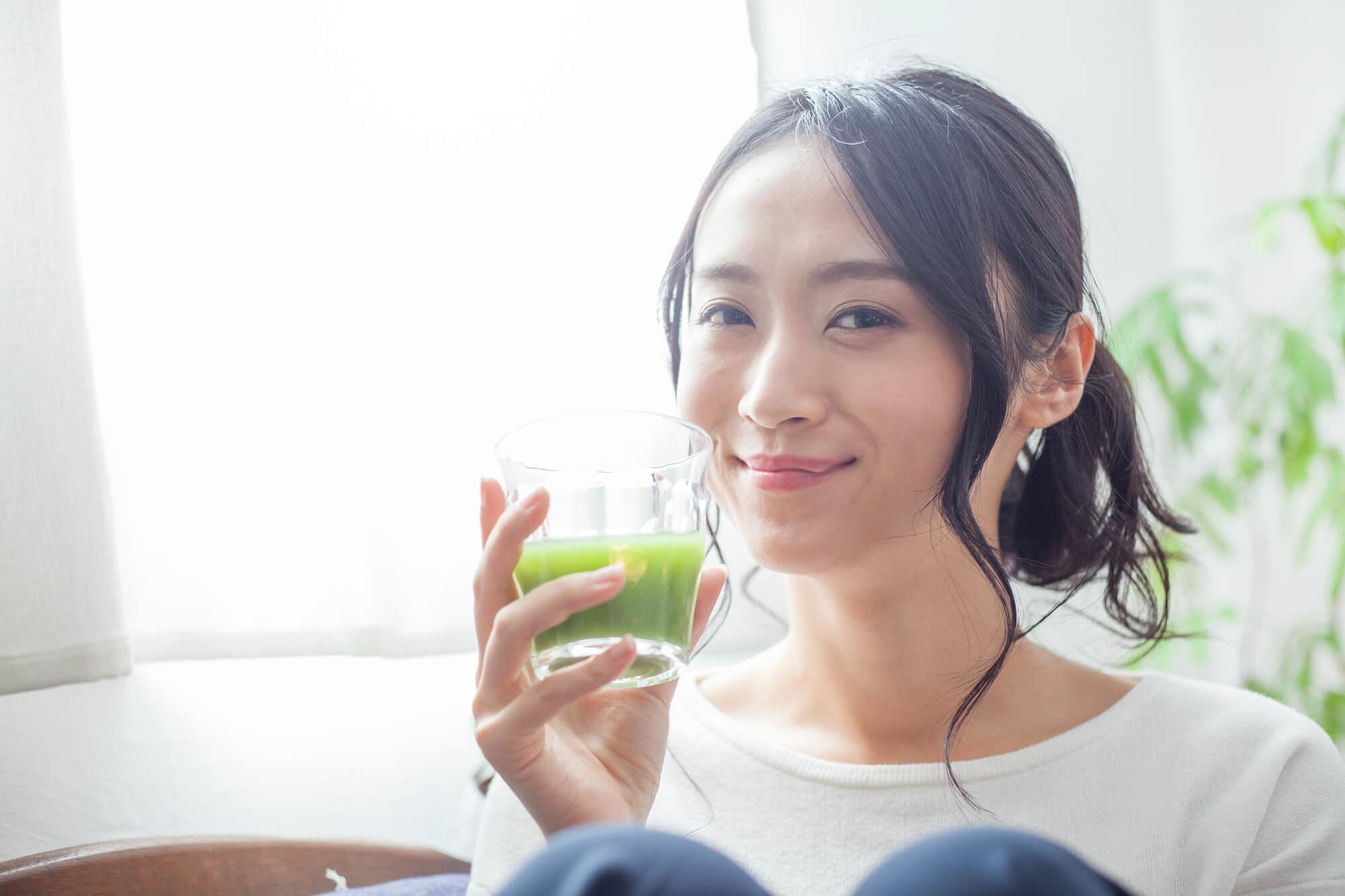 青汁のはたらきは?おすすめの飲み方や飲むタイミングを解説!│健康 ...
